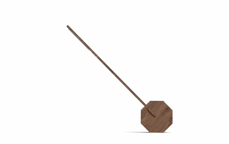 Freisteller einer Tischlampe aus Holz mit Fuß in Form eines Oktagons für eine flexible Nutzung.