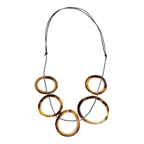 Freisteller einer Halskette mit dünnen Ringen aus Horn.