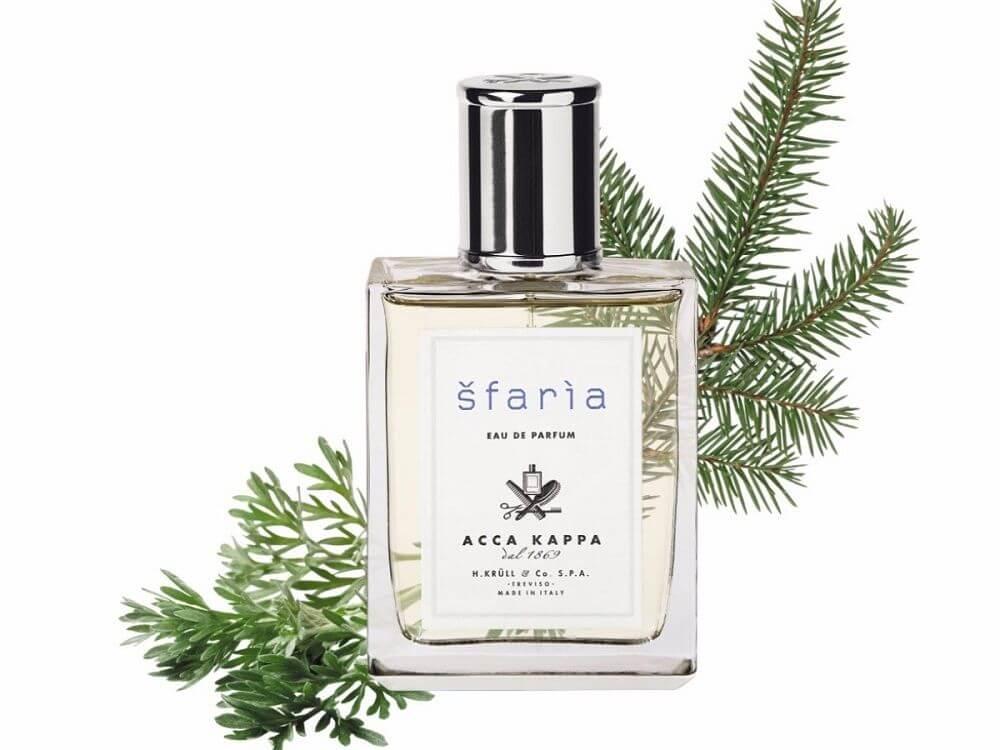 Moodbild eines Acca Kappa Sfaria Eau de Parfums mit Zweigen im Hintergrund.