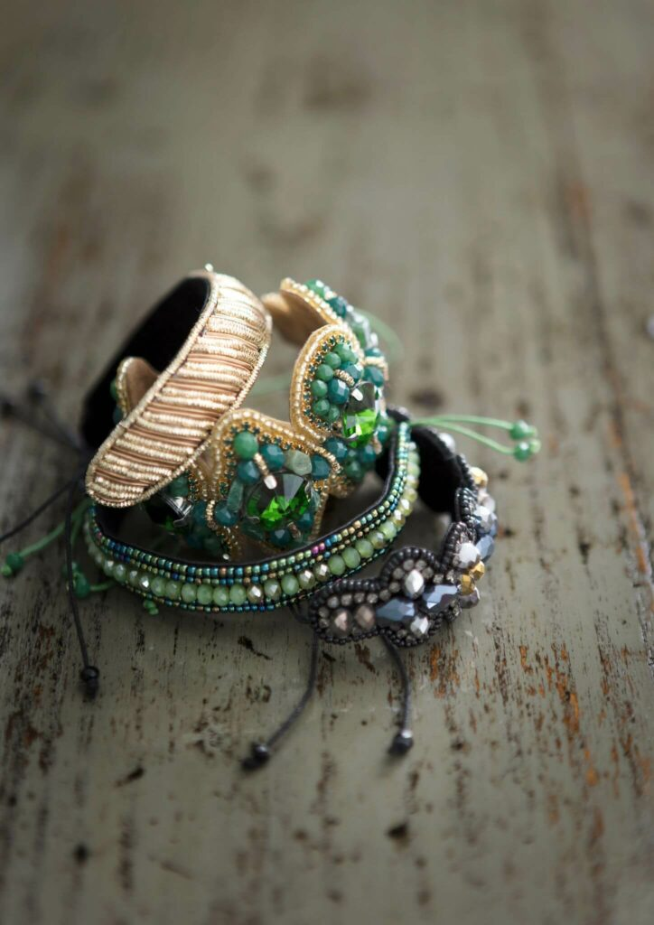 Moodbild verschiedener Armbänder in unterschiedlichen Farben mit vielen Perlen verziert.