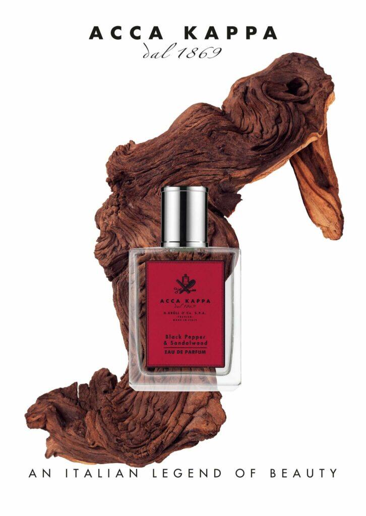 Moodbild eines Acca Kappa Black Pepper & Sandalwood Eau de Parfums vor einem Ast.