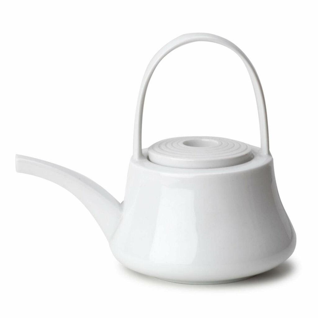 Freisteller einer weißen Teekanne mit Henkel und langem Ausguss.