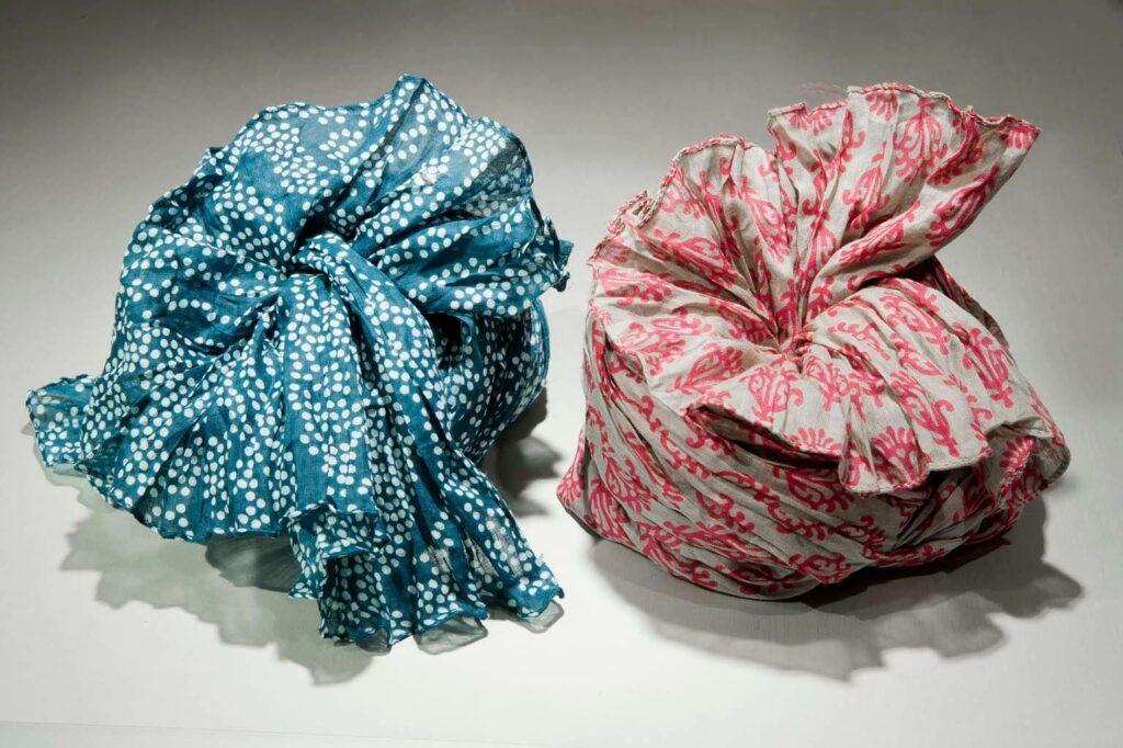 Zwei Djian Schals in blau/weiß und beige/korall mit kleinen Mustern