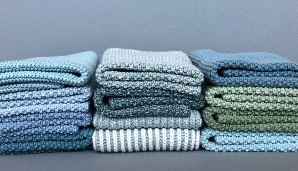 Moodbild verschiedener aufeinander gestapelter Spültücher von Aspegren Denmark in blau- und grün-Tönen.