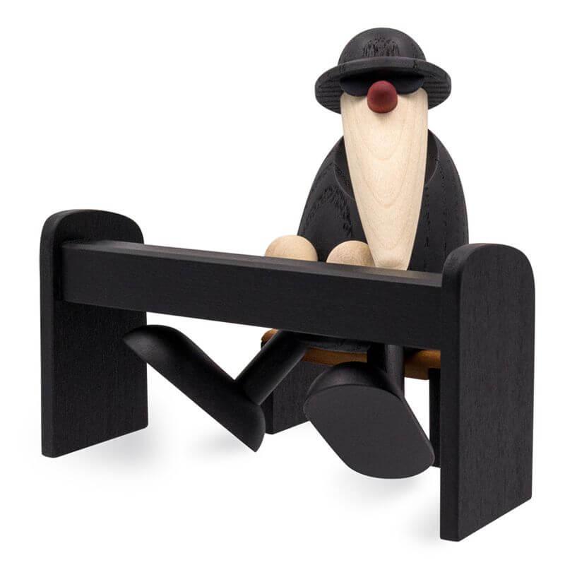 Holzfigur mit Klavier im minimalistischen, skandinavischen Stil