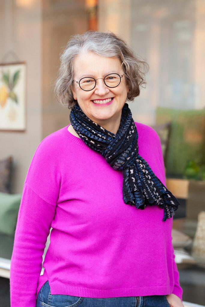Portrait der Inhaberin Ines Dickerhoff vor dem Ladengeschäft Design + Handwerk Dickerhoff.