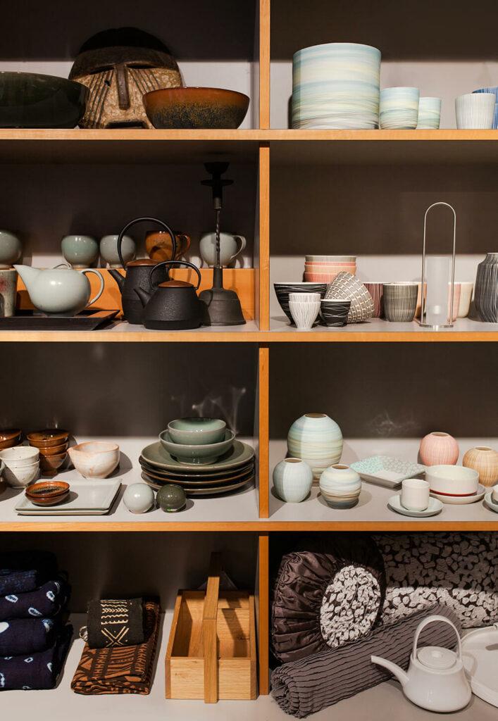 Moodbild der großen Keramikauswahl bei Design + Handwerk Dickerhoff im Holzregal.