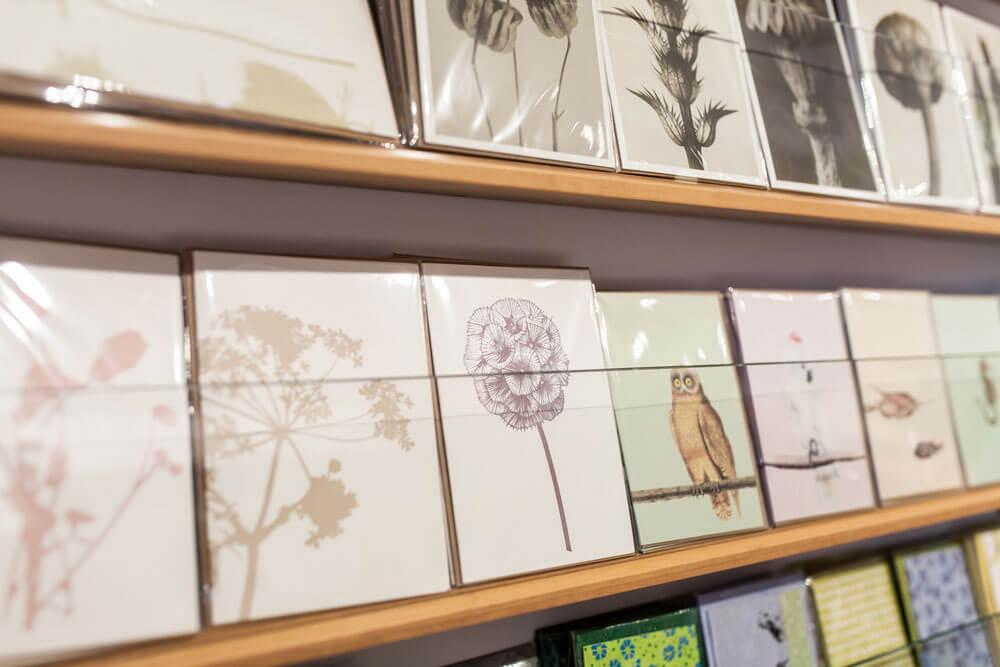 Regale mit verschiedensten Grußkarten, unter anderem mit Natur- und Tiermotiven im Innenraum von Design + Handwerk Dickerhoff