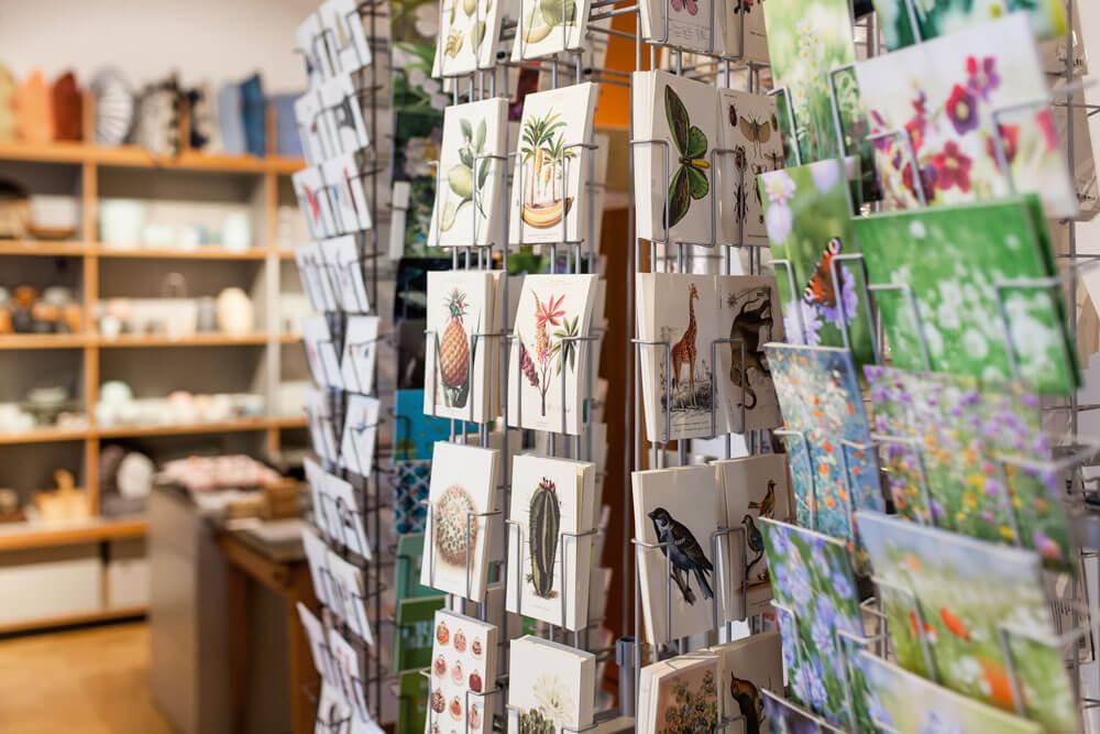 Interior-Einblick in das Ladengeschäft Design + Handwerk Dickerhoff mit einem Fokus auf verschiedenste Grußkarten.