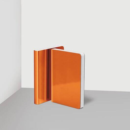 Freisteller eines Nuuna Notizbuchs in orange mit Metallic-Effekt.