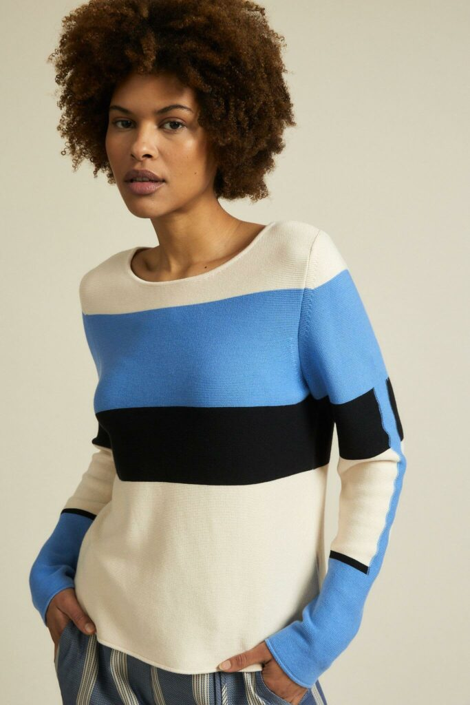 Model mit Lanius Pullover mit Blockstreifen in creme, hellblau und schwarz.