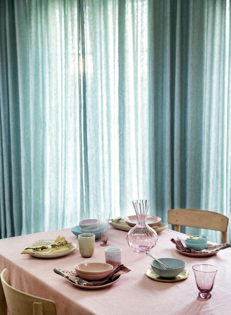 Moodbild eines gedeckten Tischs in Pastelltönen mit Keramik von Bungalow Denmark.
