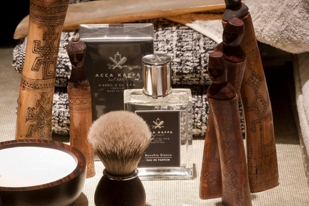 Moodbild Acca Kappa Düfte und Pflege vor Handtüchern mit afrikanischer Holzdeko.