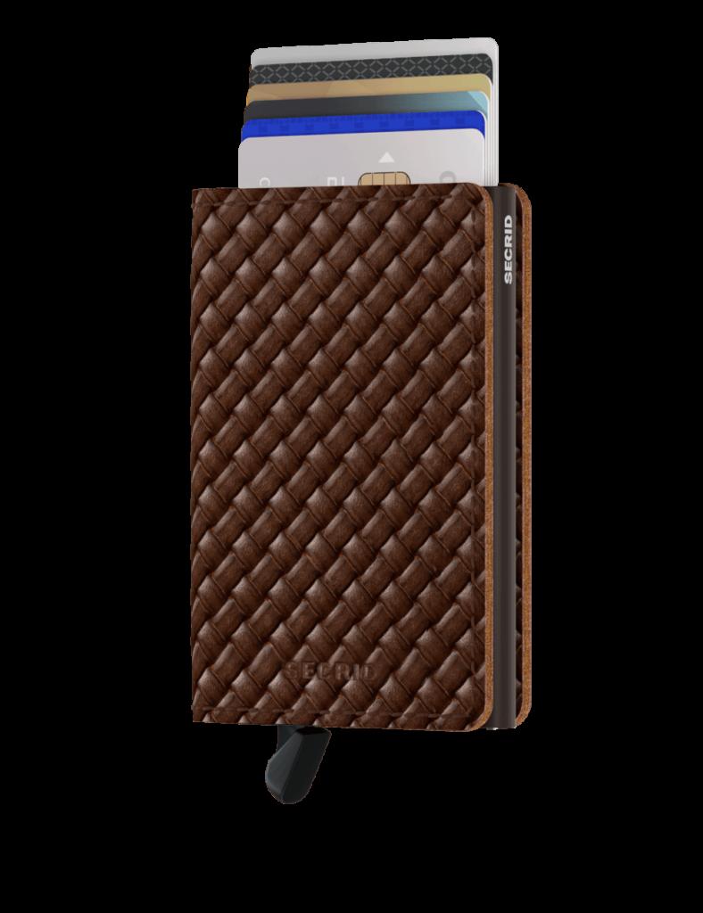 Freisteller eines Kartenhalter-Portemonnaies mit Alumniumkern, außen braun geflochtenes Leder.