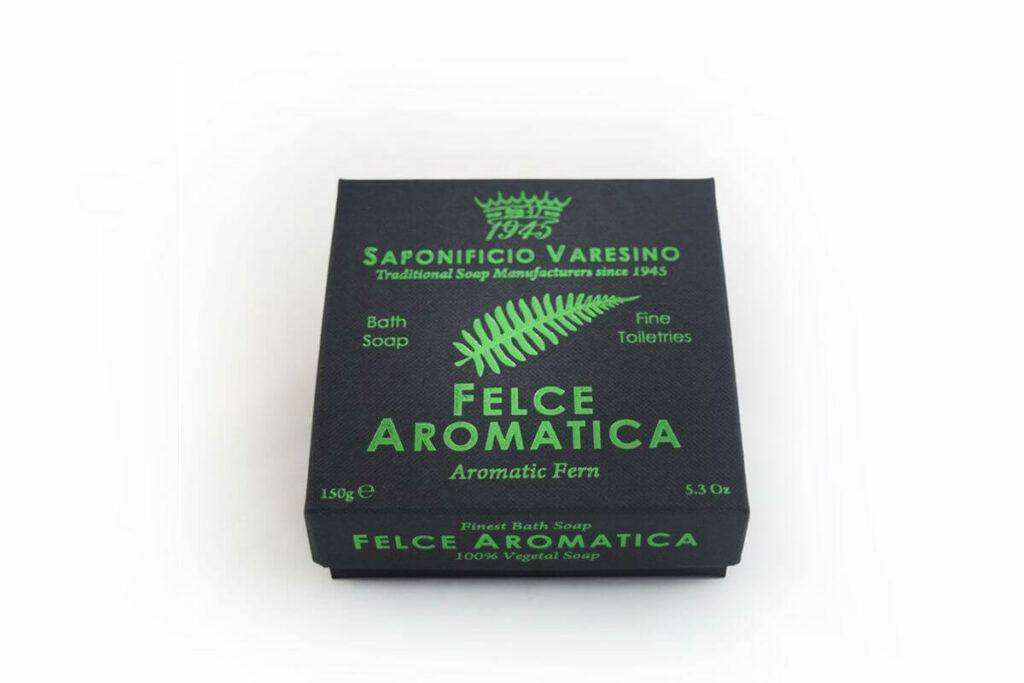 Freisteller einer eleganten Seife in schwarzem Karton mit grün glänzendem Aufdruck.