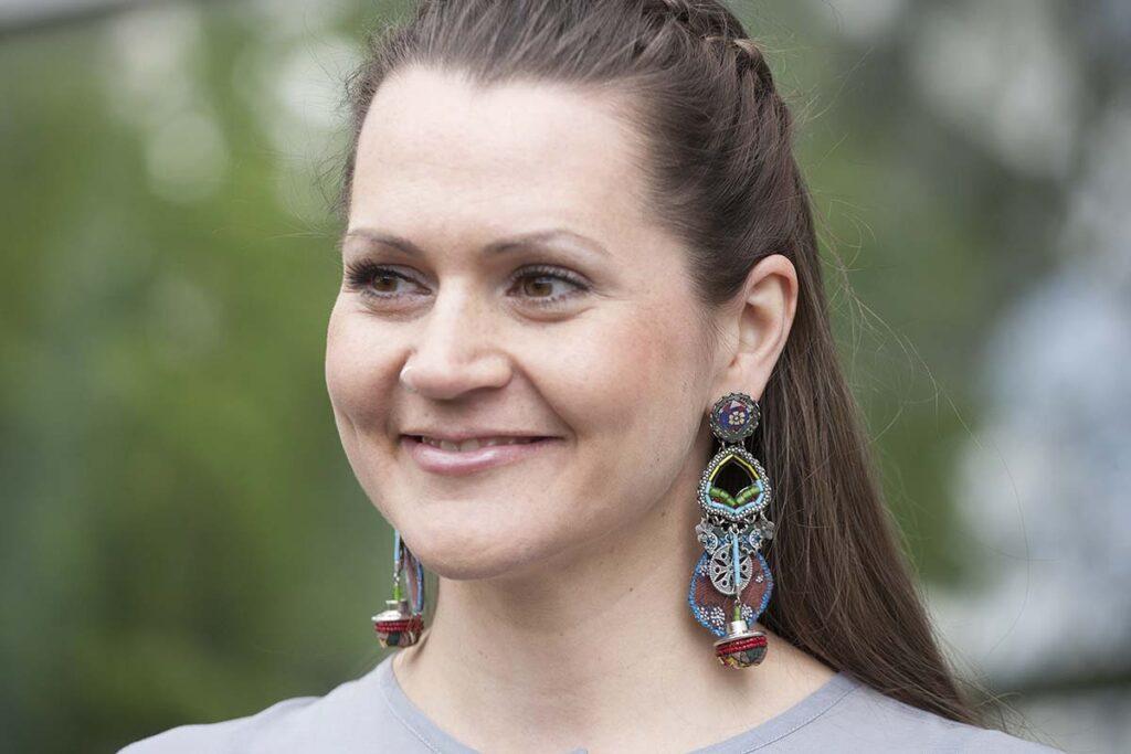 Model mit bunten Ohrringen von Ayala Bar aus Perlen, Stoff, Keramik uvm.