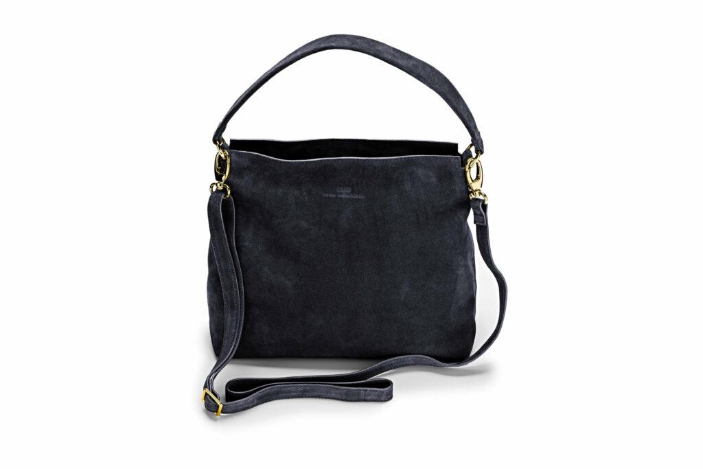 Freisteller einer Wildledertasche von keine Schwester in Trapezform mit Umhängegurt in dunkelblau.
