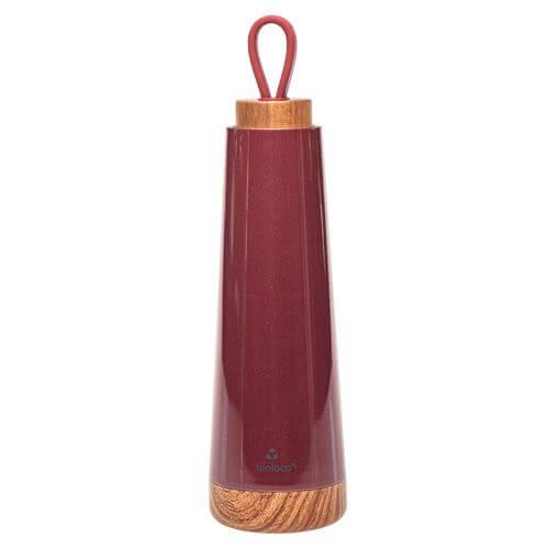 Freisteller einer Trinkflasche mit Echtholzdeckel und Boden in rot.