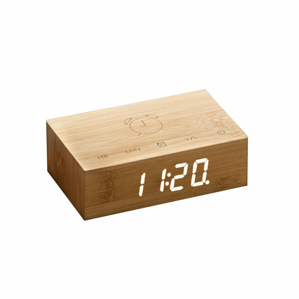 Freisteller eines quaderförmigen Weckers aus Holz im minimalistischen Design mit digitaler Zeitanzeige.