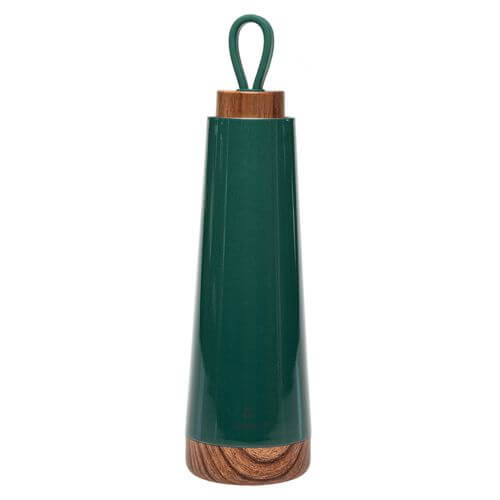 Freisteller einer Trinkflasche mit Echtholzdeckel und Boden in grün.