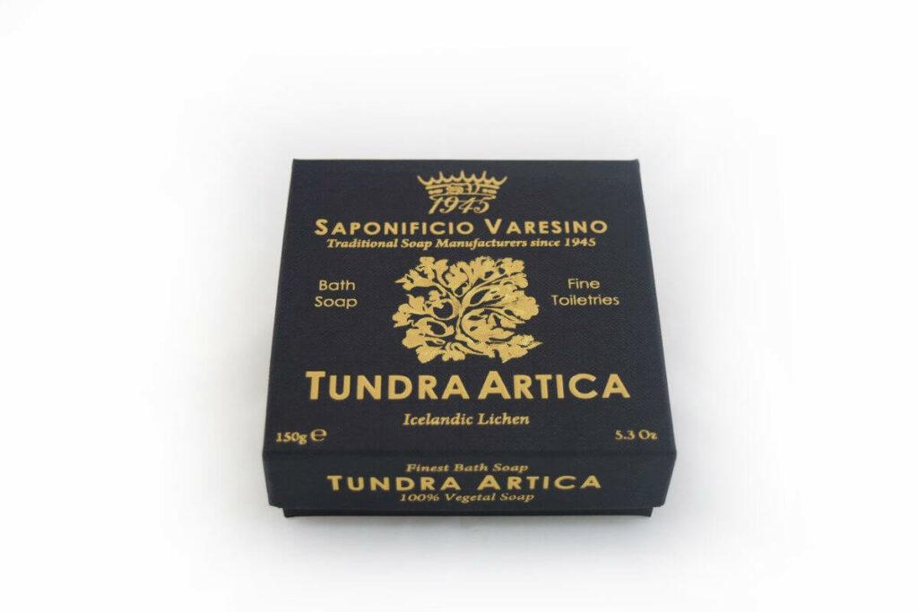 Freisteller einer eleganten Seife in schwarzem Karton mit gold glänzendem Aufdruck.