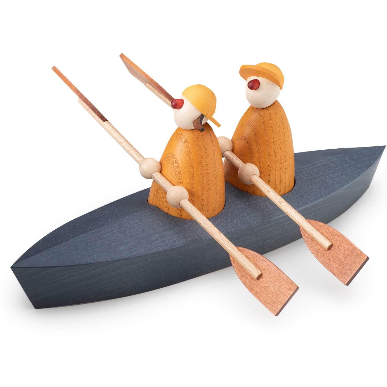 Holzfiguren im Paddelboot im minimalistischen, skandinavischen Stil