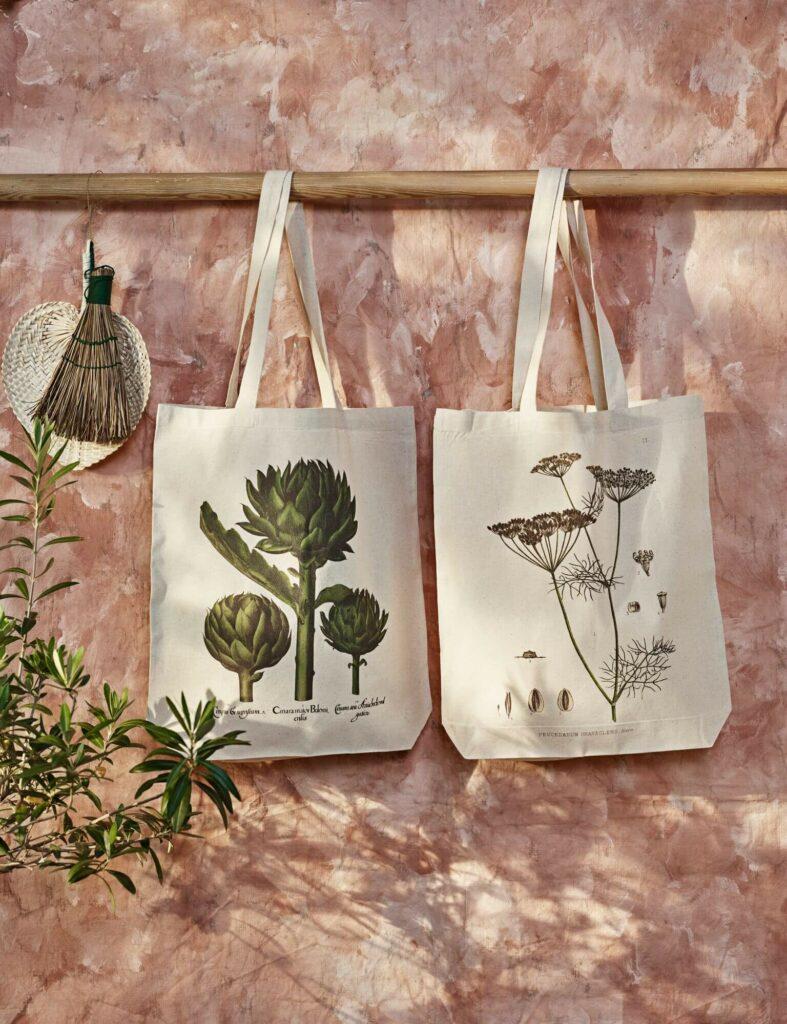 Moodbild von zwei Jutebeuteln von Sköna Ting mit Naturmotiven.