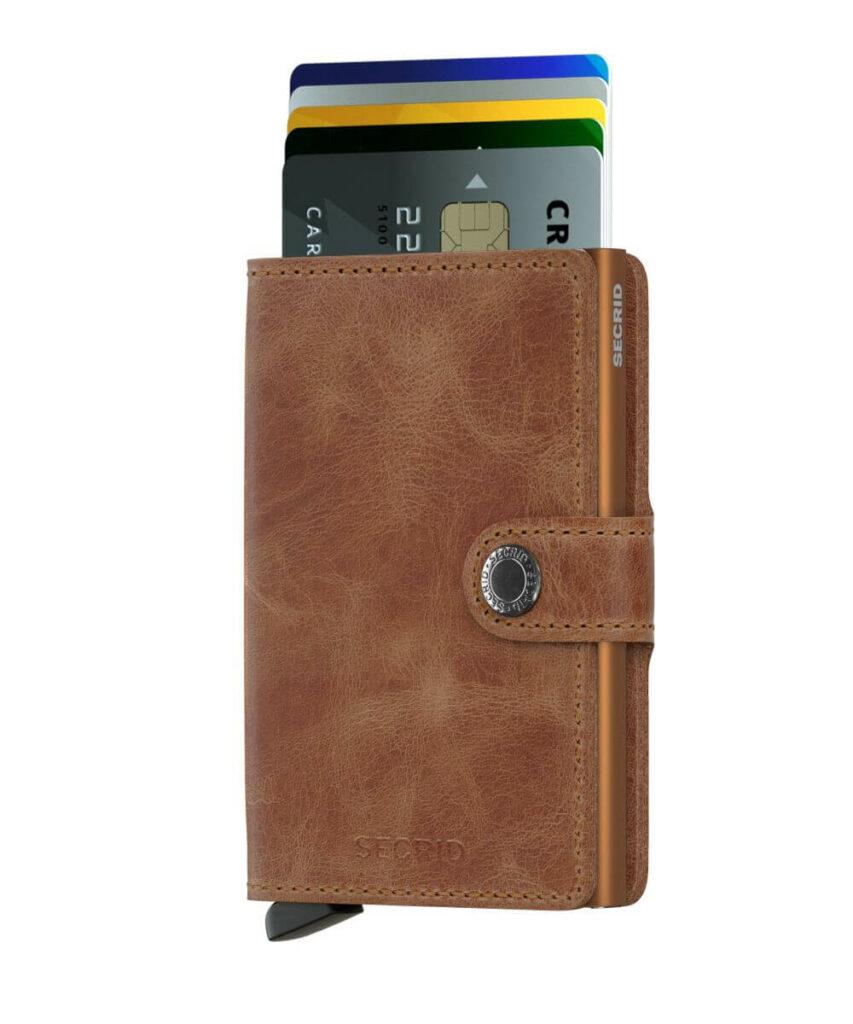 Freisteller eines Kartenhalter-Portemonnaies mit Alumniumkern, außen braunes Leder.