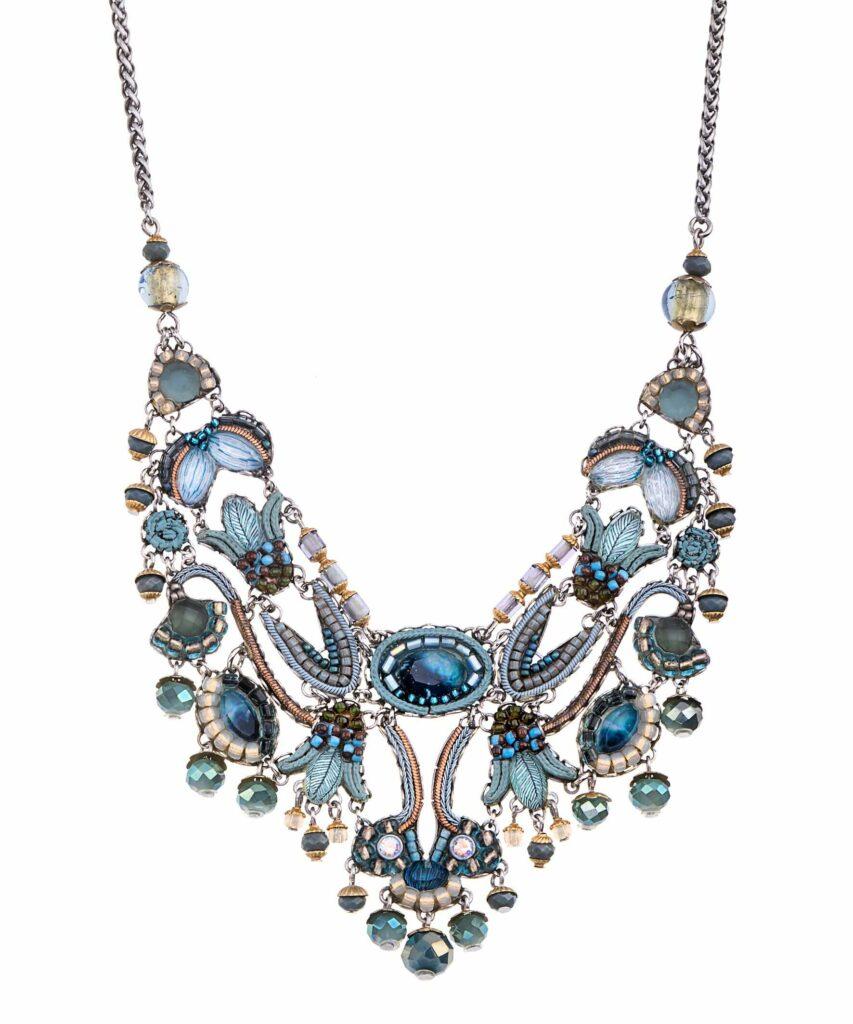 Freisteller einer aufwendig verzierten blauen Kette von Ayala Bar mit verschiedensten Glasperlen, Keramik, Halbedelsteine, Stoffen und Perlen versehen.
