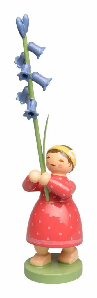Wendt & Kühn handbemalte Holzfigur in Form eines Blumen-Mädchens mit Hasenglöckchen-Zweig in der Hand.