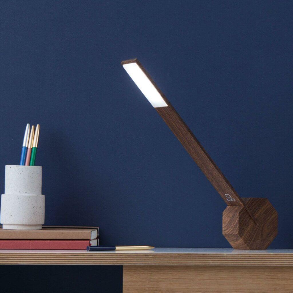 Moodbild einer Tischlampe aus Holz mit Fuß in Form eines Oktagons für eine flexible Nutzung.