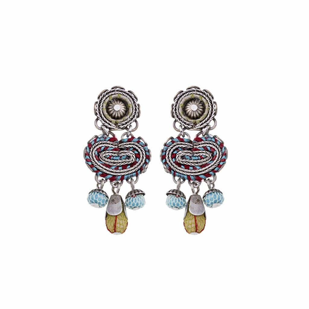 Freisteller aufwendig verzierter blau-roten Ohrringe von Ayala Bar mit verschiedensten Glasperlen, Keramik, Halbedelsteine, Stoffen und Perlen versehen.