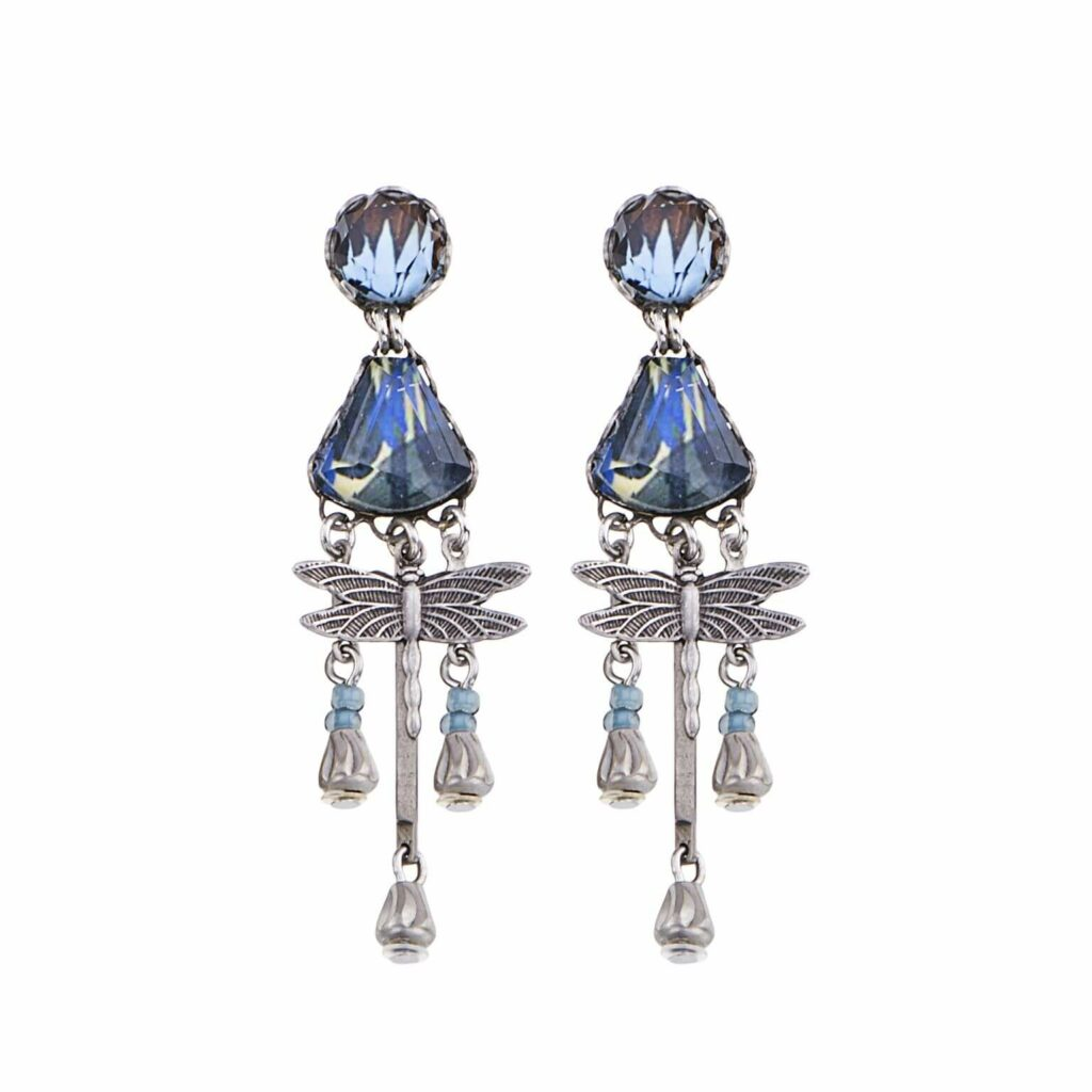 Freisteller aufwendig verzierter blauer Ohrringe von Ayala Bar mit verschiedensten Glasperlen, Keramik, Halbedelsteine, Stoffen und Perlen versehen.