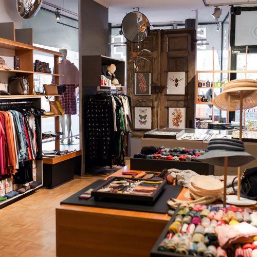 Impressionen der großen Auswahl an nachhaltiger Damenmode, Accessoires, Socken, Schmuck und Papeterie bei Design + Handwerk Dickerhoff