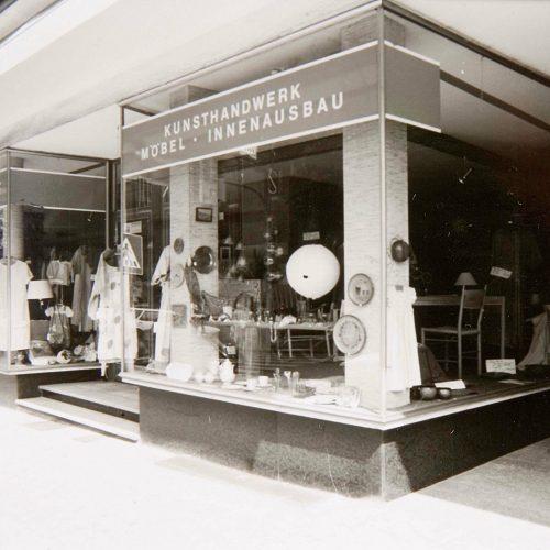 Historisches Bild vom Schaufenster von Design + Handwerk Dickerhoff in schwarz/weiß.